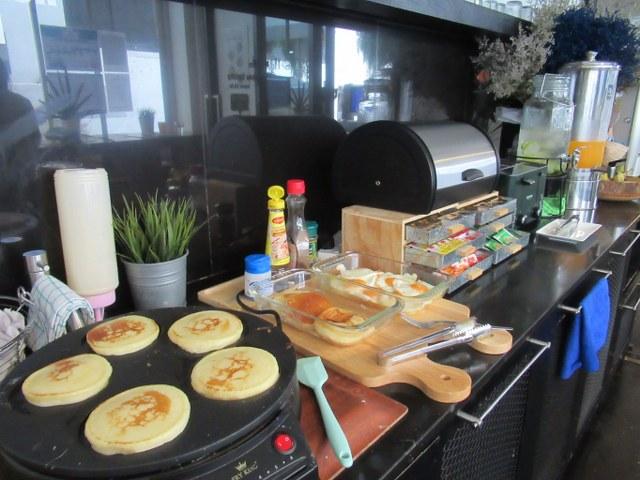 3howw hostel bangkok asok free breakfast