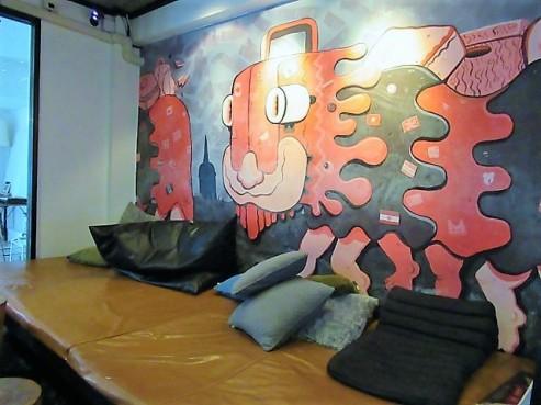 3howw hostel bangkok lounge
