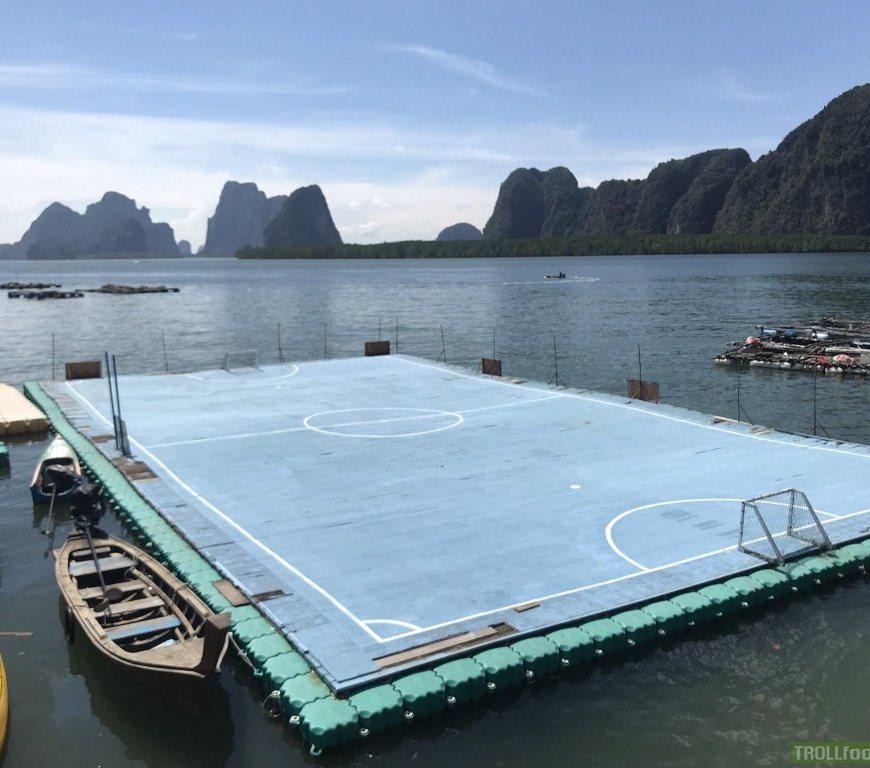 lapangan bolda di atas laut di Koh Panyee kampung Muslim di Thailand